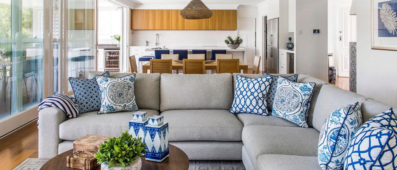 Nowoczesny pokój z nowoczesnymi poduszkami