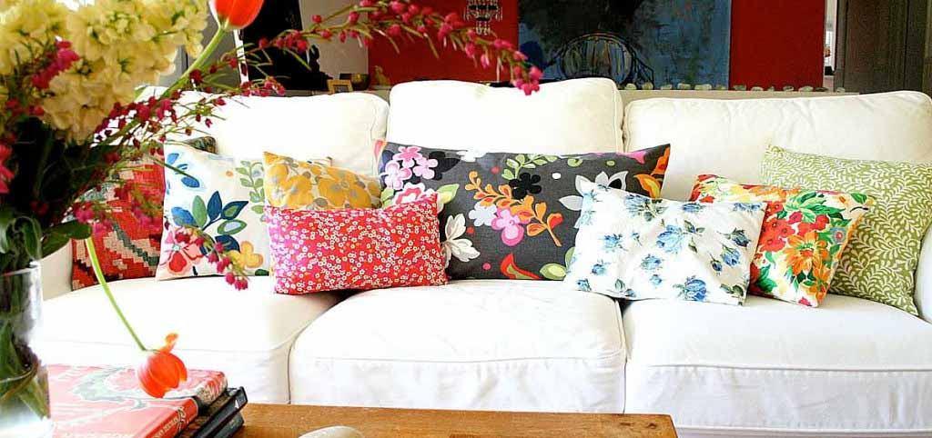 Aranżacja kwiatowa w salonie z poduszek dekoracyjnych
