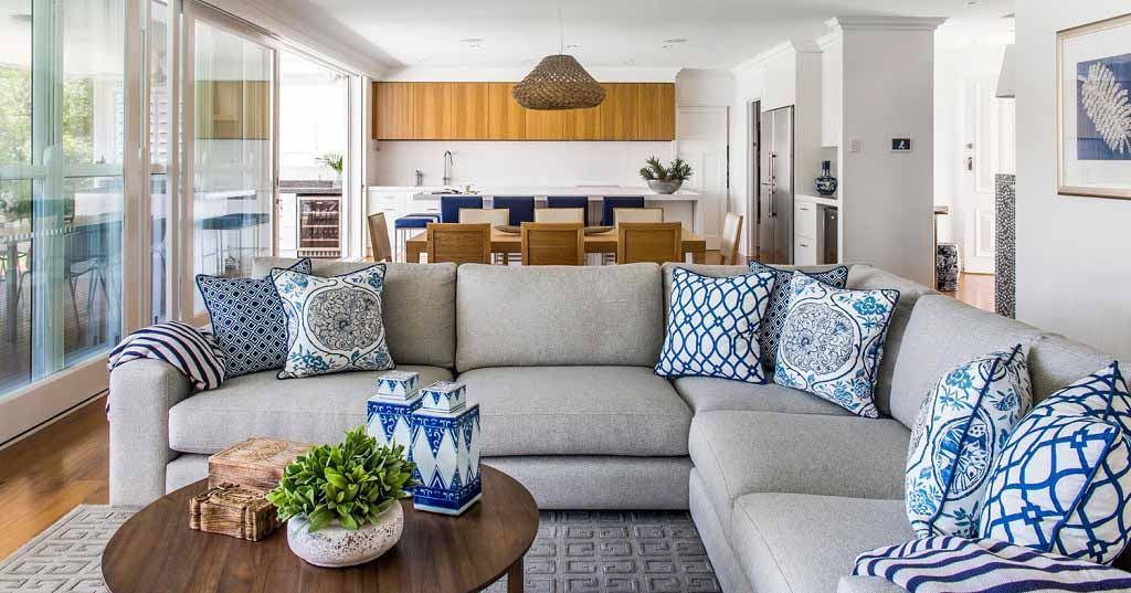 Nowoczesny pokój z niebieskimi poduszkami aranżacji pokoju z aneksem